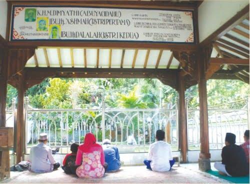 Komplek pemakaman keluarga Mbah Dimyati  yang sering diziarahi masyarakat.